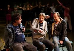 från vänster Jan Åström, Fredrik Wahlgren, Andreas Nilsson. I bakgrunden ungdomar från Gotlands MusikalKompani. Allt eller ingetFoto Stig Hammarstedt