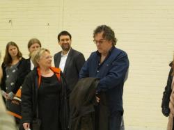 Teaterchef Monica Sparby hälsar Janne Åström välkommen till Gotland och musikalarbetet. Camilla Eriksson, Mats Sundberg, Markus Fredén i bakgrunden.