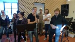 Musikrepetition i Vibble. Gänget tar ton. Foto:Markus Fredén