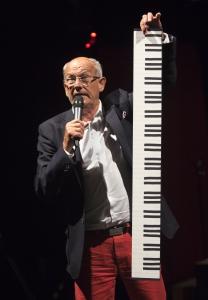 Tommy Wahlgren, ordförande i Länsteaterns Vänner, köpslår med publiken om att hjälpa Länsteatern med ett nytt piano – på teaterns höstsamling hösten 2015. Foto: Stig Hammarstedt