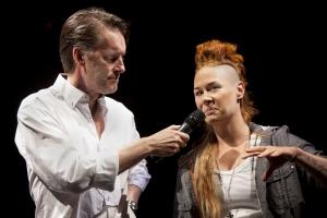Teaterchef Thomas Sundström presenterar Kattis Wöllner som koreograferar det officiella invigningsprogrammet för ICA MAXI ARENA. Bild tagen på teaterns höstsamling september 2015. Foto: Stig Hammarstedt