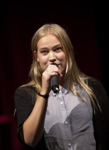 Linda Åslund är Länsteaterns vikarierande scenkonstkonsulent och tillika sångfågel. Bild från teaterns höstsamling september 2015. Foto: Stig Hammarstedt