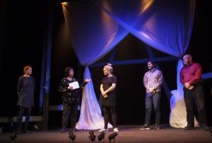 """Regissör Babben Larsson presenterar sin ensemble i """"Jag vet vem jag är"""". Foto: Stig Hammarstedt"""