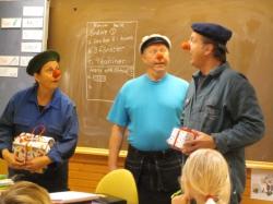 Repetitionsbild från KALASAKUTEN; Den 30/9 valde teatern att repetera på ett lite annorlunda sätt. De gjorde ett oanmält clownbesök på Tjelvarskolan till elevernas förvåning och förtjusning.