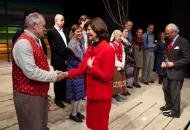 Foto från Deras Majestäter Konungen och Drottningens besök på Länsteatern Gotland. Här tillsammans med ensemblen från Musikalen Svenskbyborna. Foto Stig Hammarstedt
