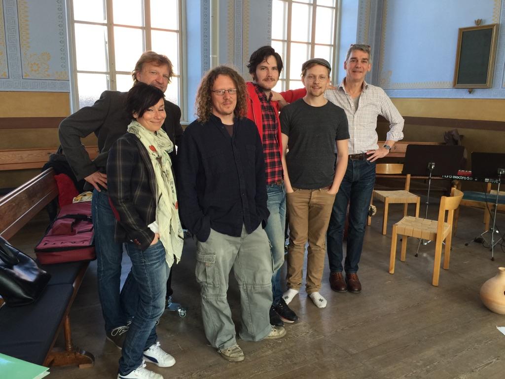 Från vänster: Martyna Lisowska, Lennart Bäck, Robert Wahlström, Erik Törner, Jakob Jonsson, Alexander Moberg. Foto: Länsteatern