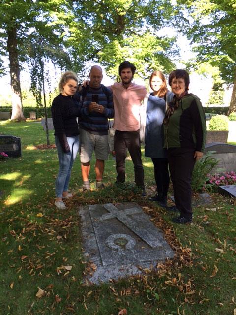 Ensemble och regissör besökte Andreas Bruces grav i Visby under repetitionsarbetet.